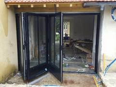 Portes repliables CF 77 de Reynaers Aluminium est une solution de qualité, à la fois sur le plan technique et esthétique. Les grandes portes repliables Reynaers Aluminium, qui laissent entrer des flots de lumière et renforcent le lien avec l'extérieur, jo