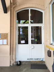porte en aluminium renforcée ( vitrage retardataire d'effraction et sécurité des personnes, groom, paumelles renforcées ), porte renforcée avec ouverture a l'anglaisse ( porte poussante )