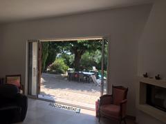 menuiserie en aluminium K-LINE bicolore, baie vitrée à galandage